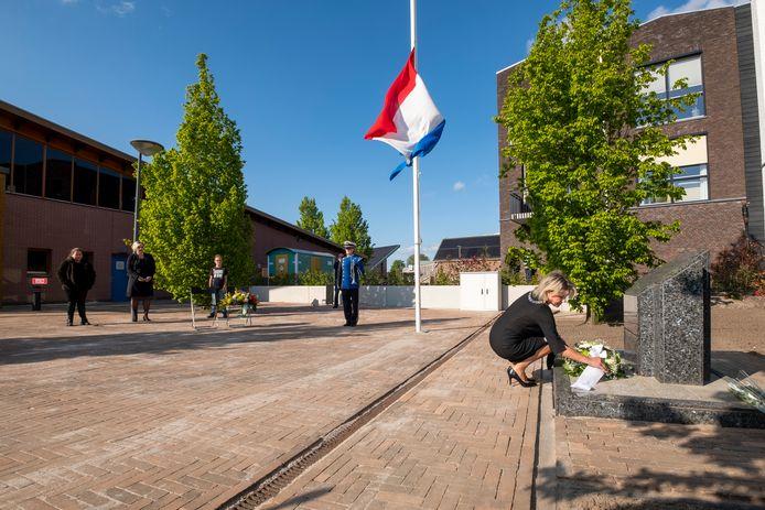 Zo kaal was de Nationale Dodenherdenking vorig jaar in Wezep. Burgemeester Tanja Haseloop legt - nagenoeg zonder publiek - een krans bij het monument bij het Dorpshuis.
