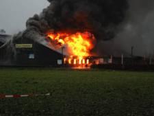 Uitslaande brand bij boerderij 't Dommeltje in Boxtel, veel rookontwikkeling