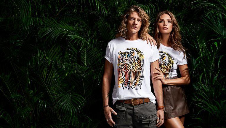 Tygo Gernandt en Kim Feenstra met WNF-shirts ontworpen door Bas Kosters. Beeld