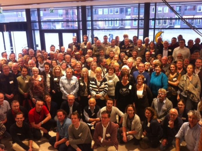 De deelnemers aan de conferentie gingen na afloop samen op de foto.