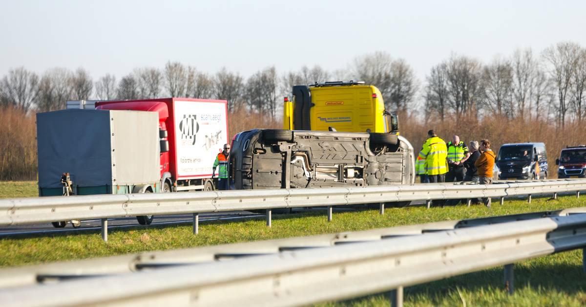 Flinke verkeershinder in en rondom Apeldoorn door gekantelde auto op A50.