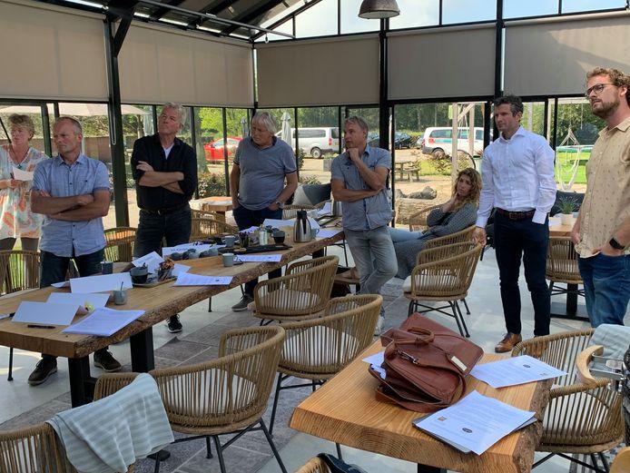 De jury aan het werk tijdens selectie van de ontwerpen voor de Sallandse Vlag
