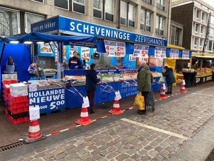 De Scheveningse zeevishandel hanteert kratten voor een opstelling voor de klanten met anderhalve meter afstand.
