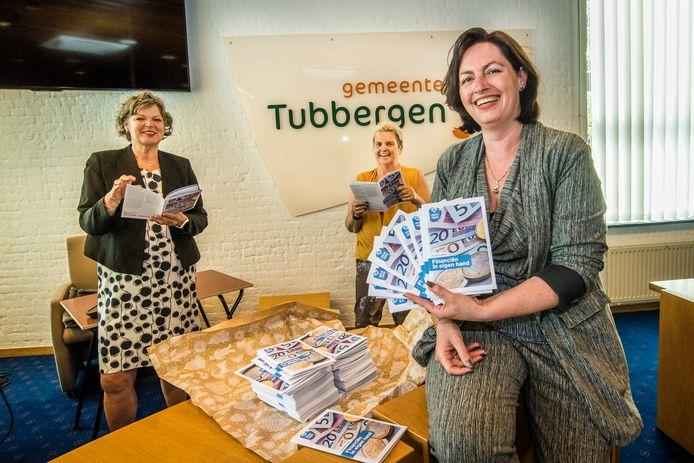 Veilig Thuis Twente presenteert een puzzelboekje voor ouderen met tips tegen uitbuiting. Van links naar rechts burgemeester en ambassadeur van VVT Willemien Haverkamp, Joke van der  Wijk en Mariël Scholten.