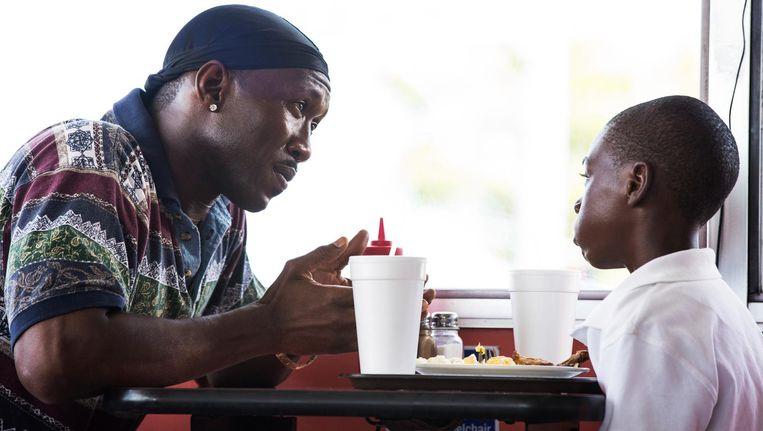 Moonlight is een gevoelige, sterk geacteerde coming of age-film, waarin zwarte personages nu eens geen stereotypen zijn. Beeld David Bornfriend/AP