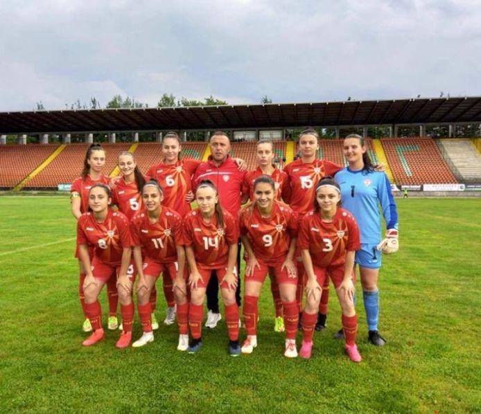 Berna Kabakci (uiterst rechts) poseert met het nationale team van Noord-Macedonië.