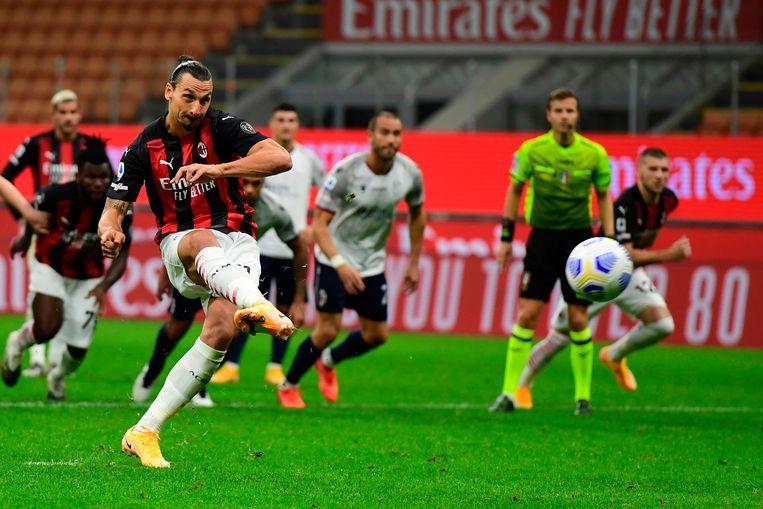 AC Milan-spits Zlatan Ibrahimovic scoort een strafschop tegen Bologna in de Serie A. Beeld AFP