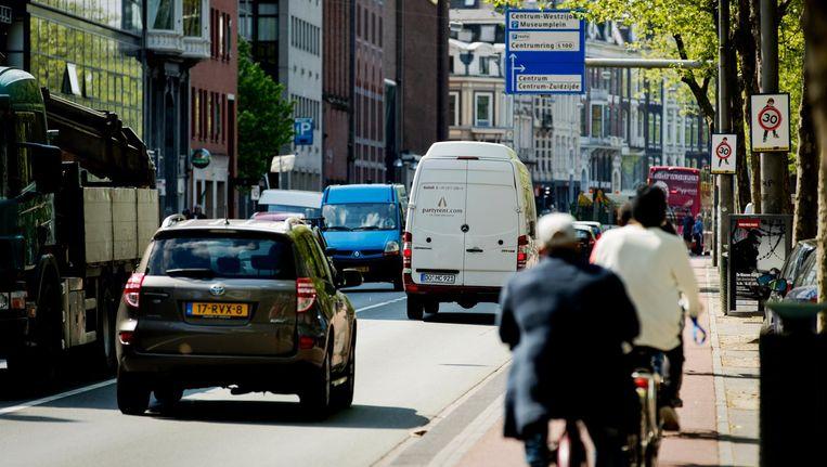 Grote doorgaande wegen als de Stadhouderskade moeten als het aan GroenLinks ligt het domein worden van fietsers en voetgangers. Beeld anp