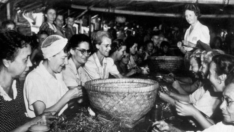 Vrouwen in een interneringskamp in Nederlands-Indië bereiden de maaltijd. Beeld Hollandse Hoogte