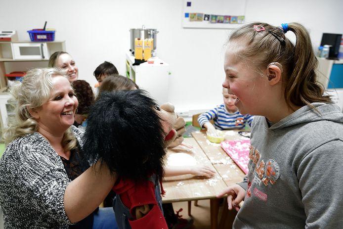 kinderen met beperking kunnen terecht op basisschool de kroevendonkschool in roosendaal. op de foto spelagoog marjanka de vries(l) met meike(r) Foto peter van trijen