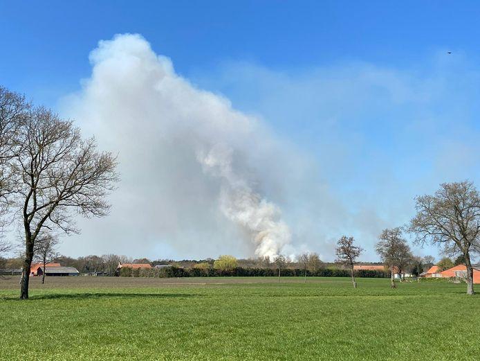 De rookpluim is op kilometers afstand te zien.