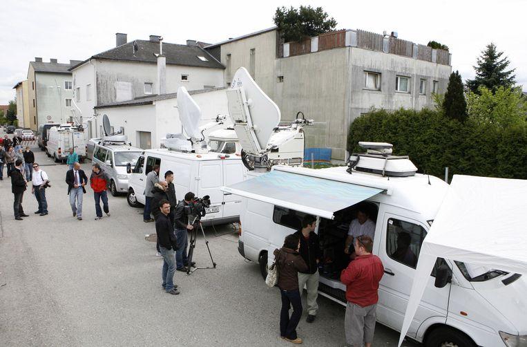De media verzamelt aan het horrorhuis net na de ontdekking van de zaak.