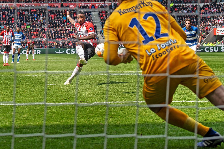 Steven Berwijn benut de penalty en maakt de 1-1.    Beeld Guus Dubbelman /  de Volkskrant