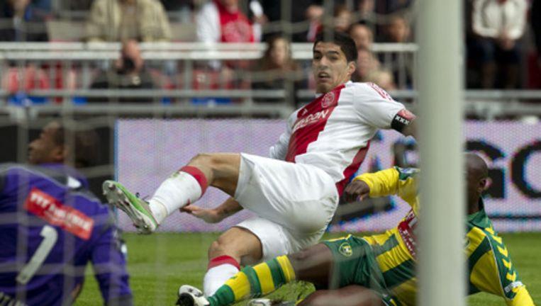 Luis Suarez (L) van Ajax in duel met Mitchell Pique van ADO Den Haag. Foto ANP Beeld