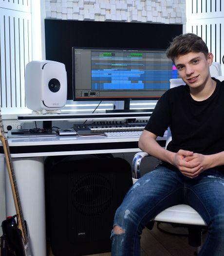 Een jaar nadat het Songfestival werd afgelast, draait dj Pieter (16) álsnog op de openingsceremonie
