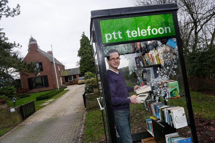 Jordi de Groot in zijn eerste telefooncel die door zwaar vuurwerk werd verwoest.
