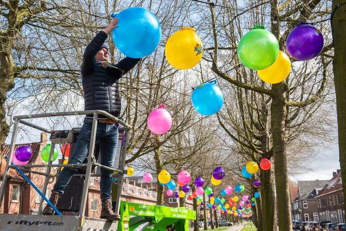 Breda - Roland Rasenberg is bezig met het ophangen van de skippyballen in de Speelhuislaan.