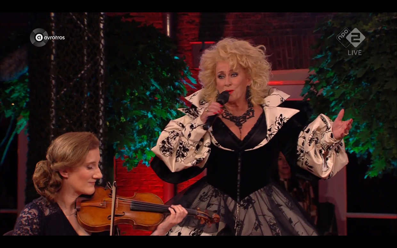 Het slotlied van het Prinsengrachtconcert, met Karin Bloemen (r) en Maria Milstein van het Van Baerle Trio. Beeld Maaike Bos