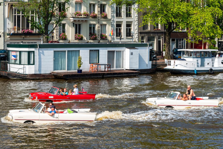 Zondag zochten mensen in varende cabrio's al verkoeling op het water.