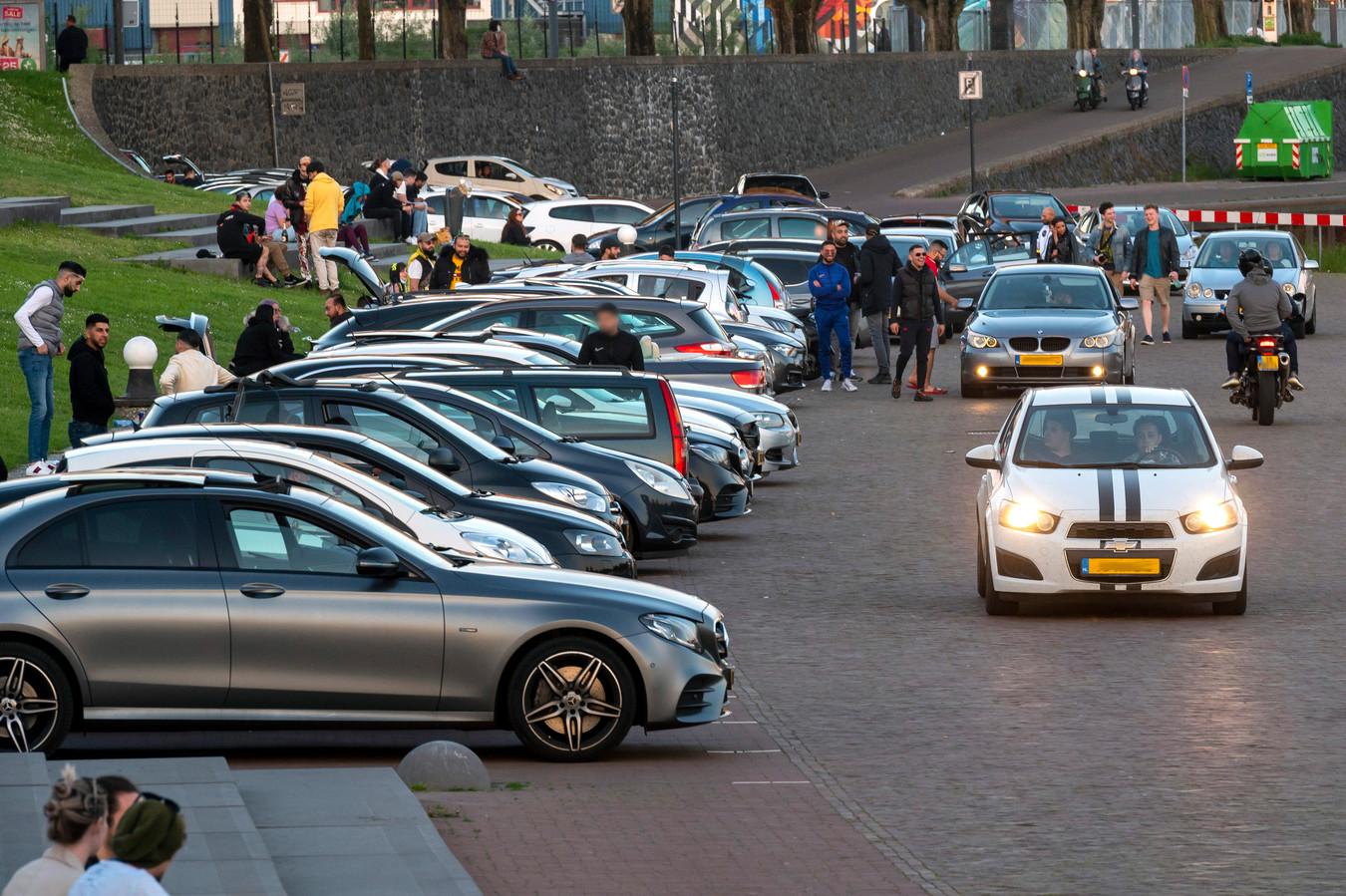 Drukte op de Rijnkade in Arnhem.