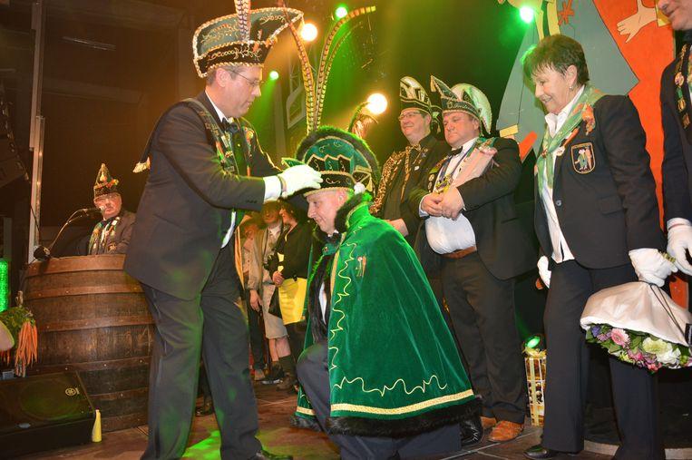 Karnavalraadvoorzitter Pascal kroont de nieuwe prins carnaval Dario.
