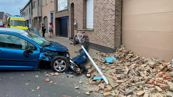 Chauffeur verliest controle over stuur en knalt in gevel: Bosstraat lange tijd afgesloten