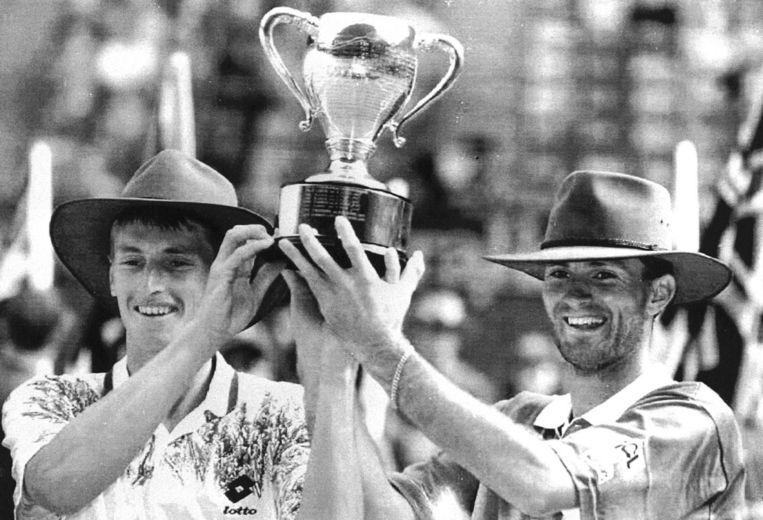 Hoedjes van plezier Paul Haarhuis (links) en Jacco Eltingh veroveren in 1994 in Australië hun eerste grandslamtitel. In hetzelfde jaar winnen ze ook de US Open. Later zullen ze ook Wimbledon en Roland Garros winnen. Beeld ANP
