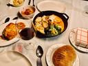 Alle (hoofd)gerechten tegelijkertijd op tafel, met erbij een zelfgebakken brood van Giuseppe.