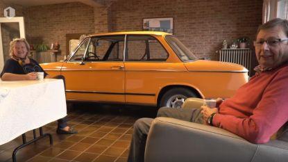 Koppel rijdt elke avond oldtimer de living binnen en kijkt naar auto in plaats van naar tv