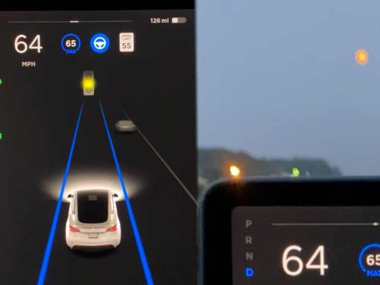 Zelfrijdende Tesla vertraagt opeens omdat auto denkt dat maan verkeerslicht is