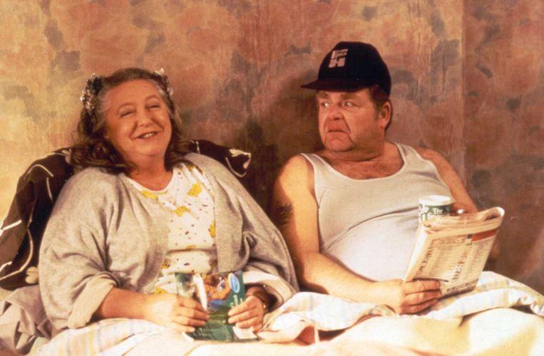 Onslow (hier met zijn vrouw Daisy) uit de komische serie 'Schone schijn' lijkt wel de ultieme 'drankhanger', nog voor het een trend werd.  Beeld rv