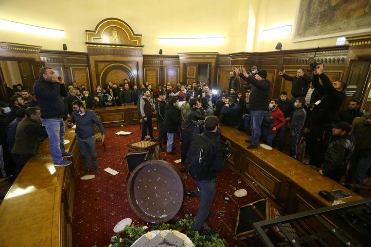 Demonstranten zijn in de Armeense hoofdstad Jerevan het parlementsgebouw binnengedrongen. De politie heeft vooralsnog niet ingegrepen. Beeld VIA REUTERS