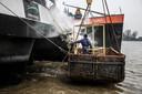 Medewerkers van het kraanschip Hebbes verlossen de Forenso van een hoop verwrongen staal. Die bleef achter aan de boeg nadat het schip afgelopen nacht in aanvaring kwam met een passagiersschip.