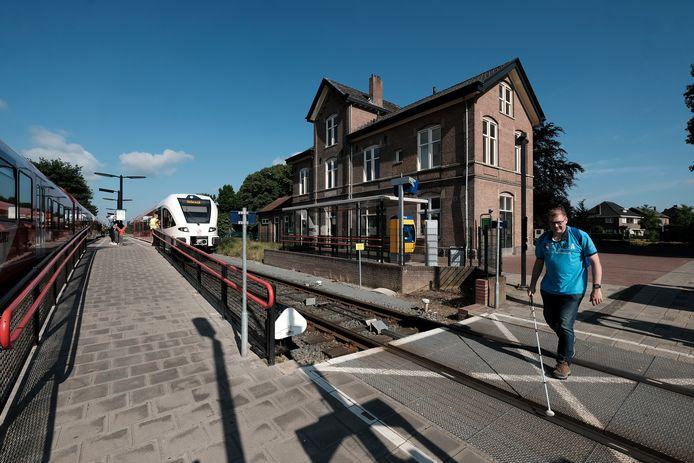 Marcel Schamp zoekt zijn weg bij het station van Aalten.  Foto : jan Ruland van den Brink