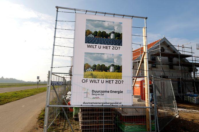 Protest tegen aanleg van een zonnepanelenpark Millingen bij de Kekerdomse molen.