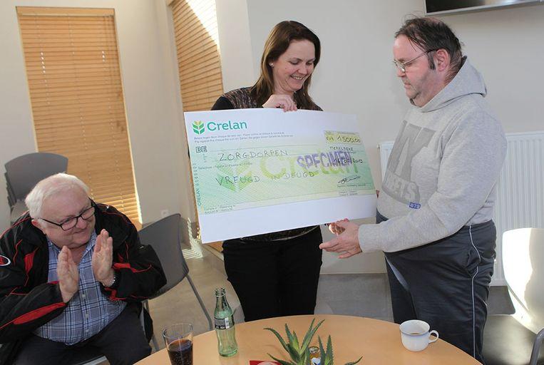 Nadia De Troyer overhandigt de cheque van 1.500 euro.