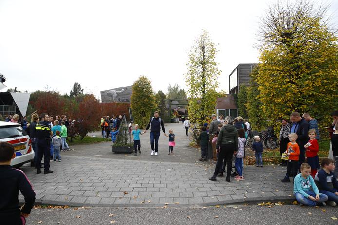 Bezoekers van Dinoland staan inmiddels buiten.