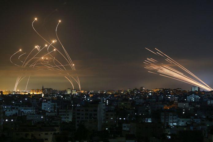 De lichtstrepen rechts zijn net afgeschoten Palestijnse raketten. De grillige lijnen links zijn onderscheppingen door de Iron Dome