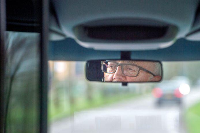 Een vrijwillige chauffeur in de buurtbus in Wijchen.