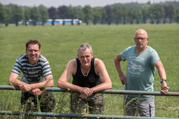 Onder anderen Rick Overesch, Tonnie Groot Beumer en Harry Overkempe (van links naar rechts) ageren tegen het zonnepark op boerenland.