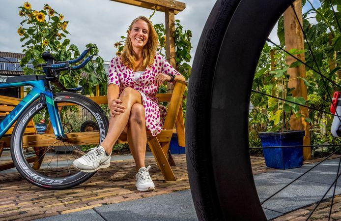 Lotte van Trigt, in haar achtertuin. Ze werd ooit volledig ondersteboven gereden, maar laat anderen nu zien dat er geen enkele reden is om bij de pakken neer te gaan zitten.