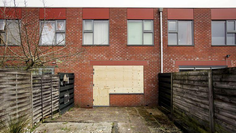 De ramen van de ouderlijke woning van het 12-jarige Groningse meisje. Vorig jaar werden de ruiten ingegooid en op de gevel was het woord 'pedo' gekalkt. Beeld anp