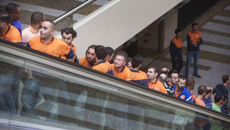 Koeriers van PostNL, die worden ingehuurd als zzp'ers, zijn onderweg naar de Tweede Kamer om te demonstreren voor hogere bezorgtarieven. Beeld anp