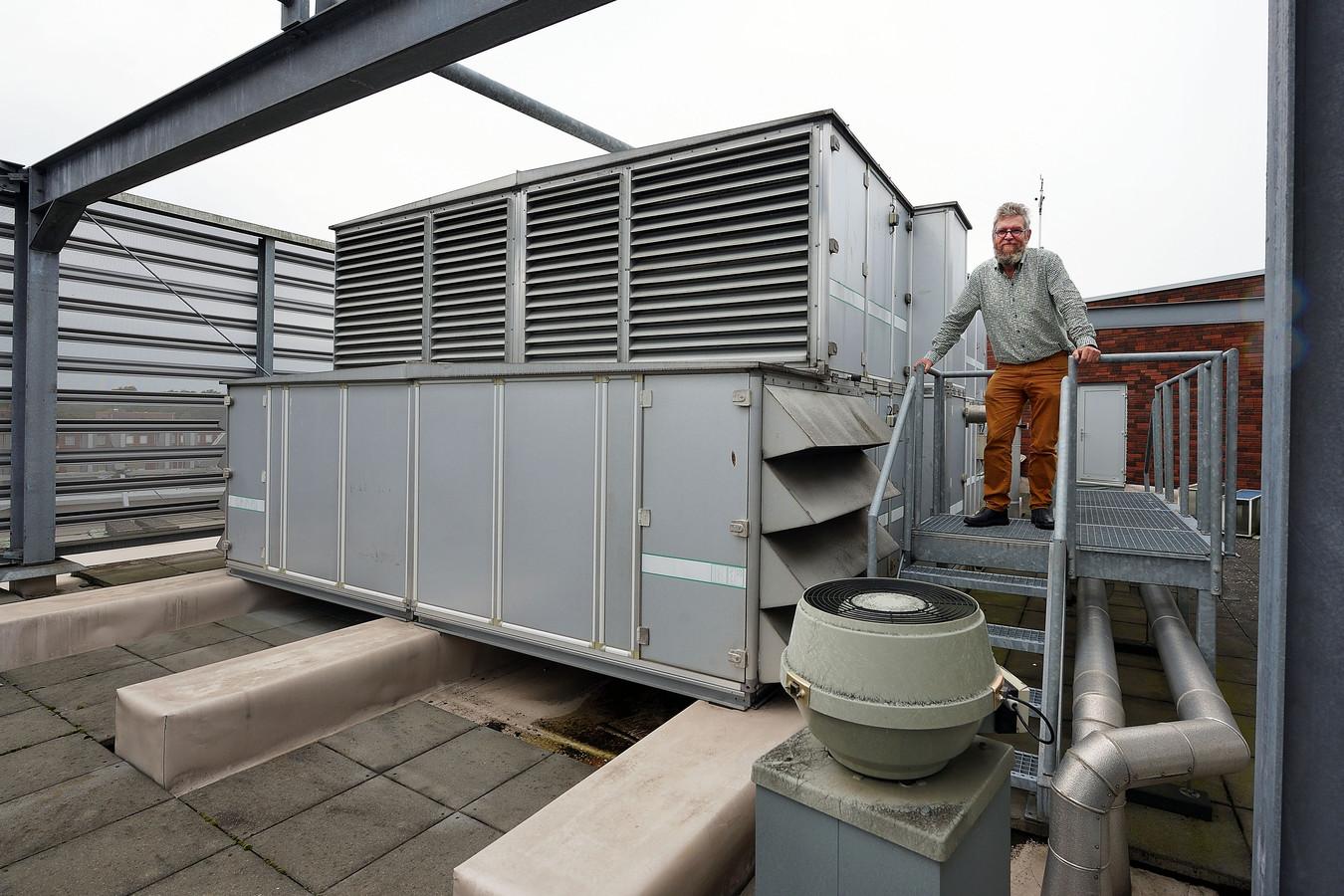 Rector Charles van Wettum bij het ventilatiesysteem van het JTC in Roosendaal. Zijn school heeft sinds 2012 juist een 'topinstallatie' om de school te ventileren, omdat deze langs de A58 ligt. Op andere scholen in de gemeente is het minder goed gesteld.