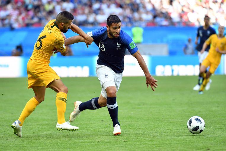 De Australische speler Aziz Behich en de Franse speler Nabil Fekir. Beeld AFP