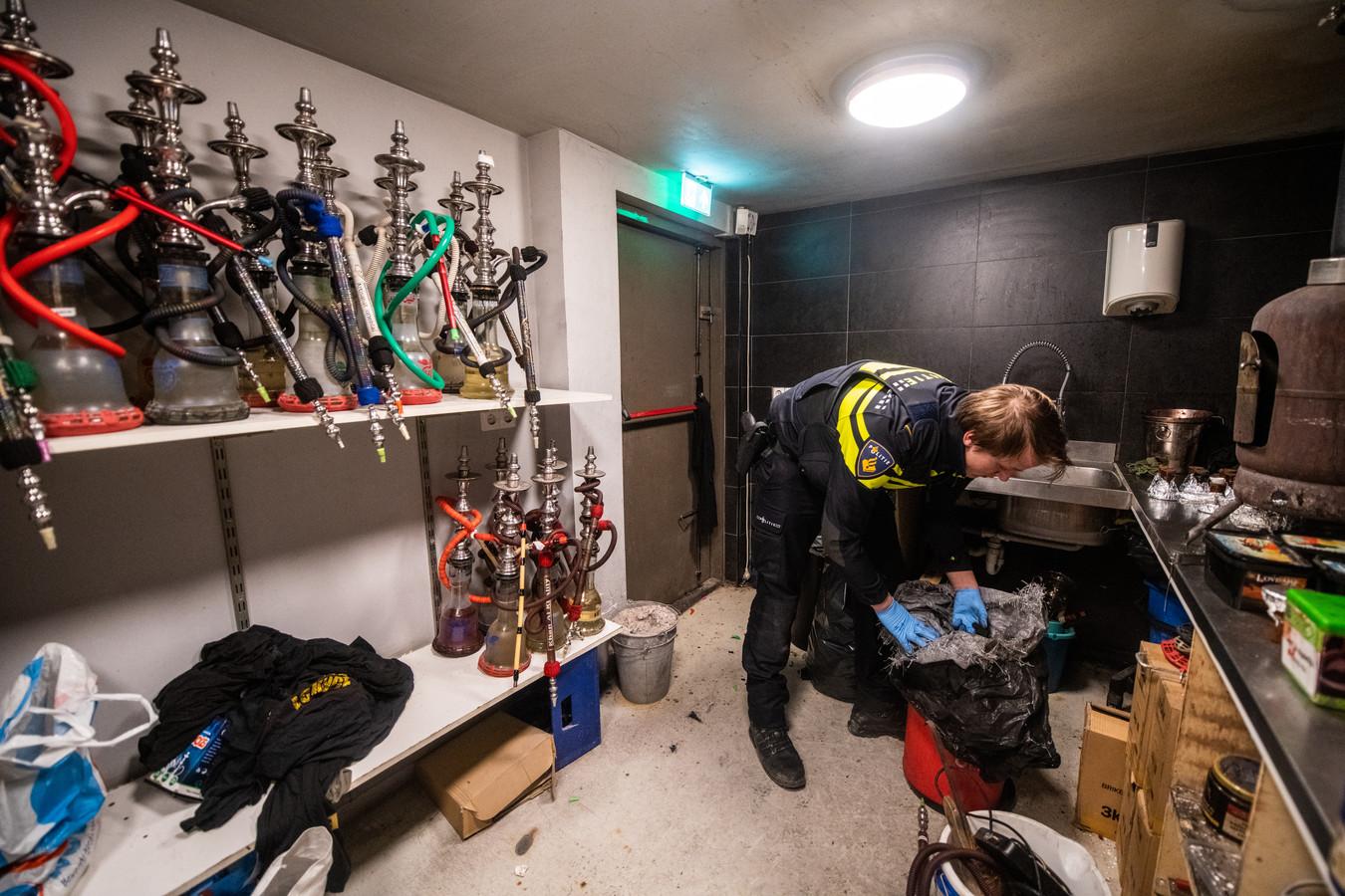 Agenten doorzochten in februari het waterpijpcafé in Alphen.