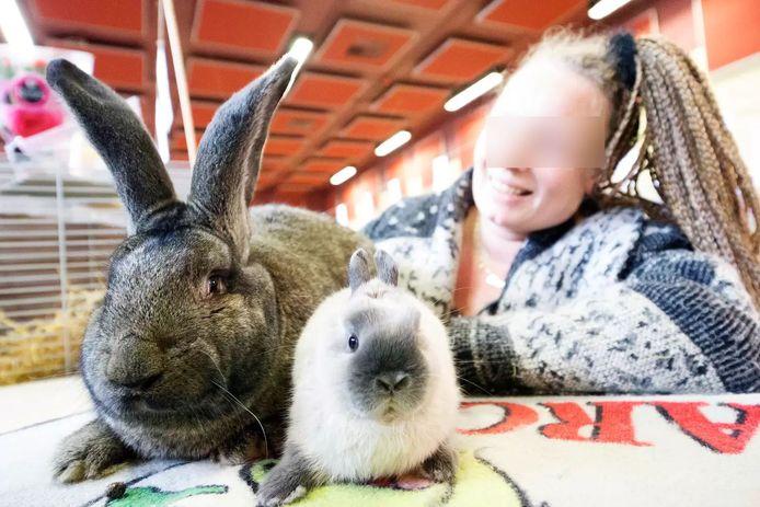 Een Vlaamse reus tijdens een konijnenshow in Wilnis in 2015, naast een gewoon konijn. De vrouw is onherkenbaar gemaakt omdat zij los staat van het onderwerp.