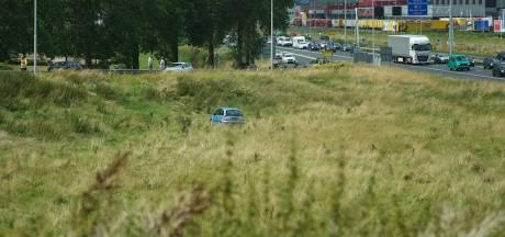 Auto rijdt berm in langs A12 bij Duiven; ontstane file zorgt voor tweede ongeval
