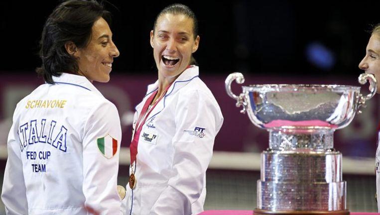 Schiavone en Pennetta bij hun pas veroverde trofee.. Beeld REUTERS