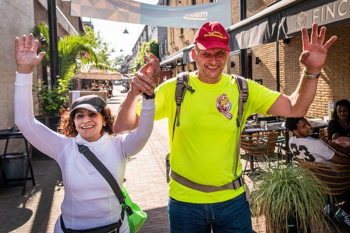 Adriaan van den Dool (rechts) uit Rotterdam en Rageni Goeppar (links) uit Hilversum lopen door de Peperstraat in Oss, bijna bij het  eindpunt van de Kennedymars. Adriaan loopt de 80 kilometer al voor de 197ste keer en Goeppar voor de 174ste keer.